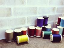 Fils de couture comme fin multicolore de fond  Image stock