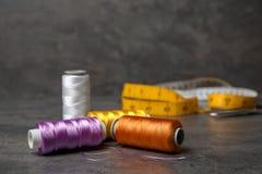 Fils de couture de couleur sur le fond Photos stock