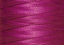 Fils de couture dans la bobine, texture, macro Images stock
