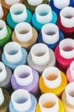 Fils de couture de bobines multicolores Photographie stock