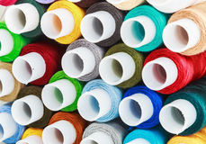 Fils de couture de bobines multicolores Images stock
