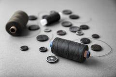 Fils de couture foncés avec des boutons Photographie stock libre de droits