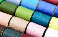 Fils de couture multicolores Images libres de droits