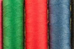 Fils de couture multicolores colorés sur le fond Photo stock