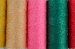 Fils de couture multicolores colorés sur le fond Images stock