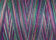 Fils de couture multicolores dans la bobine, surface, macro Photos libres de droits