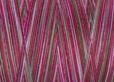 Fils de couture multicolores dans la bobine, surface, macro Images libres de droits