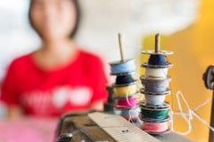 Fils de couture multicolores sur la bobine Image libre de droits