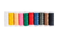Fils de couture multicolores sur le fond Photos libres de droits