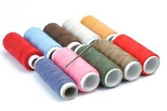 Fils de couture multicolores sur le fond blanc Fil coloré s Image libre de droits