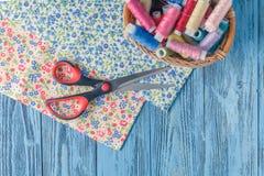Fils de couture multicolores sur le fond en bois Image stock