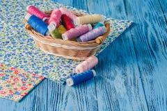 Fils de couture multicolores sur le fond en bois Images libres de droits