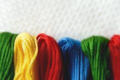 Fils de différentes couleurs pour la broderie Fin de macro de broderie  Images stock