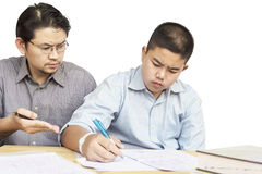 Fils de enseignement de père asiatique Photos stock