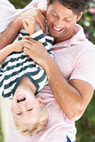 Fils de fixation de père upside-down à l'extérieur Image libre de droits