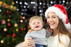 Fils de mère et de bébé regardant la caméra dans Noël image libre de droits