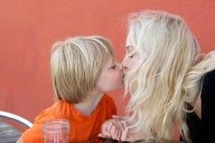 Fils de mère et d'école maternelle Photo stock