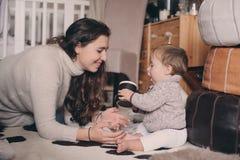 Fils de mère et de bébé jouant ensemble à la maison Bébé de enseignement à boire de la tasse Style de vie heureux de famille Photographie stock libre de droits