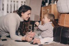 Fils de mère et de bébé jouant ensemble à la maison Bébé de enseignement à boire de la tasse Style de vie heureux de famille Images stock