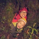 Fils de mère en trou d'arbre Photographie stock libre de droits