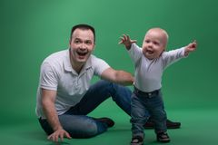 Fils de père et d'enfant en bas âge jouant autour image stock