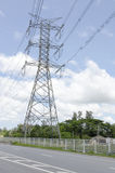 Fils de pylône de transmission ou de grille d'alimentation de courant électrique, tour de transmission en Thaïlande Photos stock