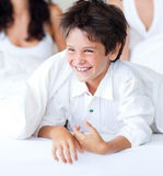 Fils de sourire ayant l'amusement avec ses parents dans le bâti images libres de droits
