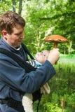 Fils de transport de jeune père dans l'élingue dans la forêt d'été Images libres de droits