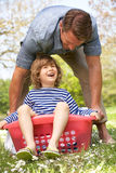 Fils de transport de père s'asseyant dans le panier de blanchisserie photos libres de droits