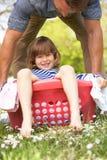Fils de transport de père s'asseyant dans le panier de blanchisserie images stock