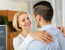 Fils demandant à la mère de danser à la maison Photos stock