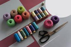 Fils des fils pour tricoter dans différentes couleurs sur un fond Photo libre de droits
