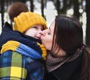 Fils du baiser de la mère Image stock