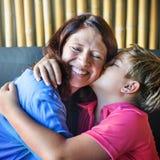 Fils embrassant la mère étreignant le concept de la famille Images libres de droits