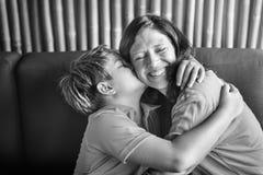 Fils embrassant la mère étreignant le concept de la famille Photo libre de droits