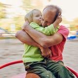 Fils embrassant le père Image stock