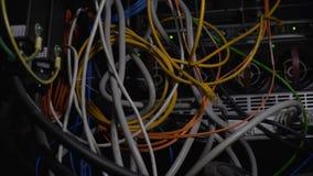 Fils embrouillés, cables électriques dans le datacenter, nettoyant le désordre de câblage de pièce de serveur clips vidéos