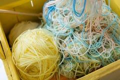 Fils et boules colorés de fil images libres de droits
