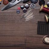 Fils et boutons d'aiguilles sur la table Photographie stock