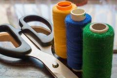 Fils et ciseaux de couture Images stock
