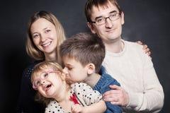 Fils et fille sur des mains de parent Images libres de droits