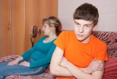 Fils et mère ayant la querelle Image libre de droits