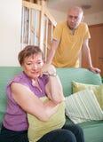 Fils et mère pluse âgé pendant la querelle Image libre de droits