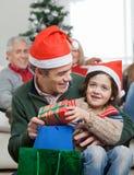 Fils et père With Christmas Presents photo libre de droits