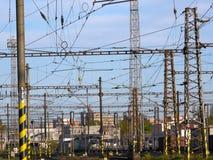 Fils et tours électriques au-dessus d'une station de train Photo stock