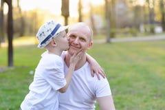 Fils heureux d'enfant embrassant le père Photo libre de droits
