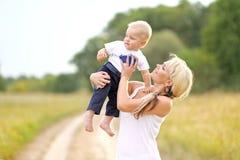 Fils heureux de maman et de bébé Image stock