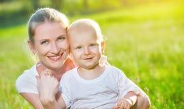 Fils heureux de maman et de bébé en nature d'été Photographie stock