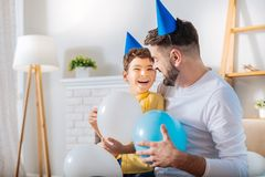 Fils heureux et père riant tandis que se tenir monte en ballon Photos stock