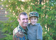 Fils militaire de fixation de père Photographie stock